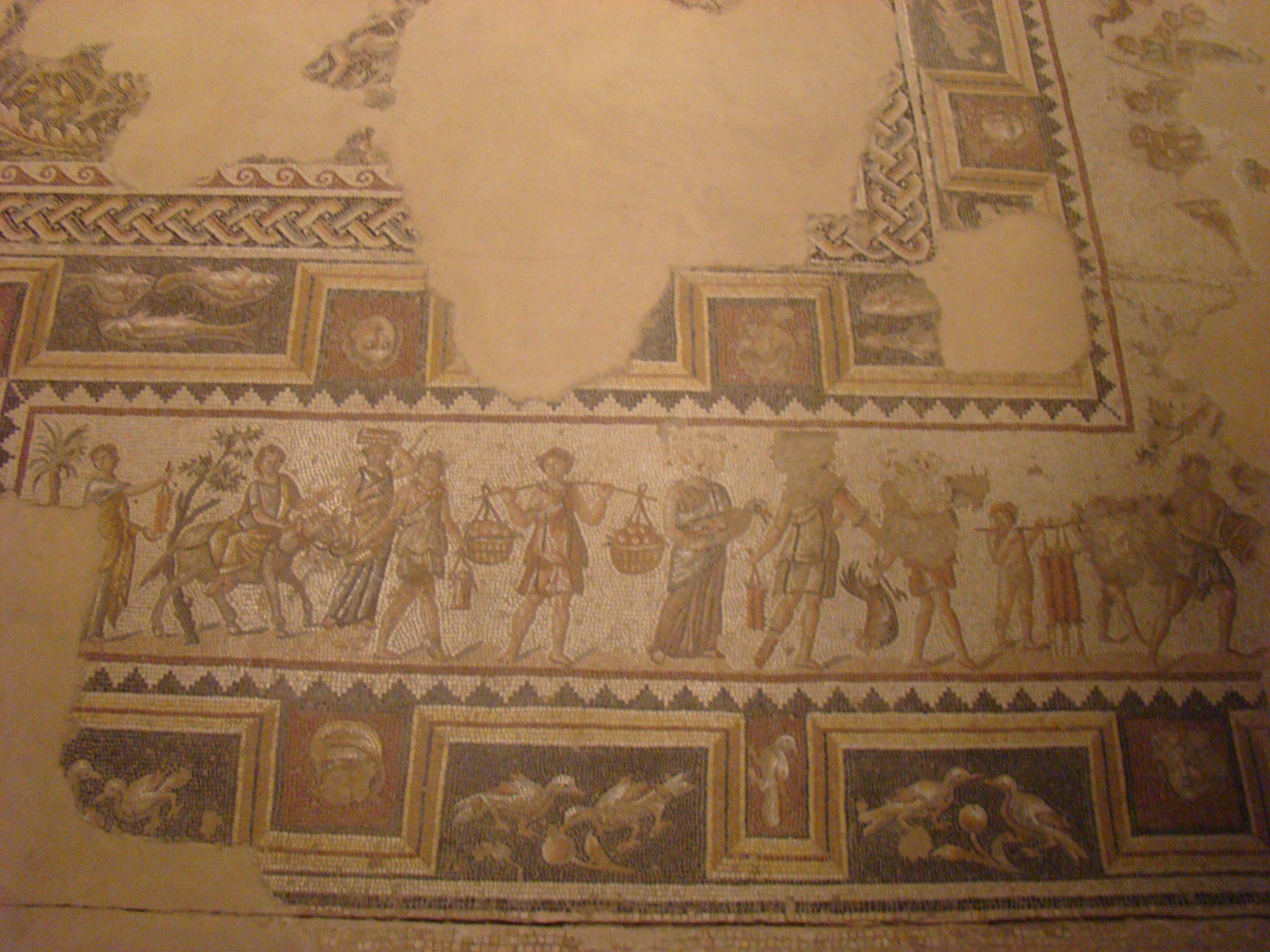 """תהלוכת חגיגות דיוניסוס, פסיפס בית חג הנילוס בגן לאומי ציפורי (צילום: ד""""ר ענת אביטל)"""