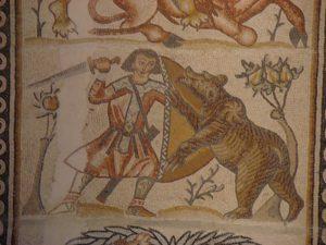 מימין ללוחם בדוב נראה עץ אגסים שעבר הרכבה, פסיפס כנסיית כיסופים