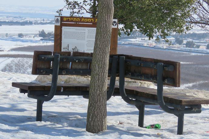 """תצפית רמפת תיירים ליד עין זיוון אל בקעת קוניטרה (צילום: ד""""ר ענת אביטל)"""