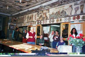 ציון בעדאש נותן הסברים בבית הכנסת הטוניסאי בעכו