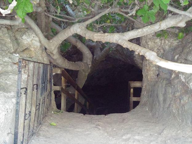 כניסה למערת התאומים, טיול בנחל מערה