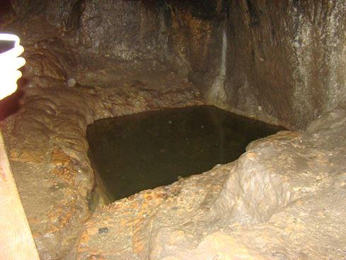 מעיין בטיול במערת התאומים