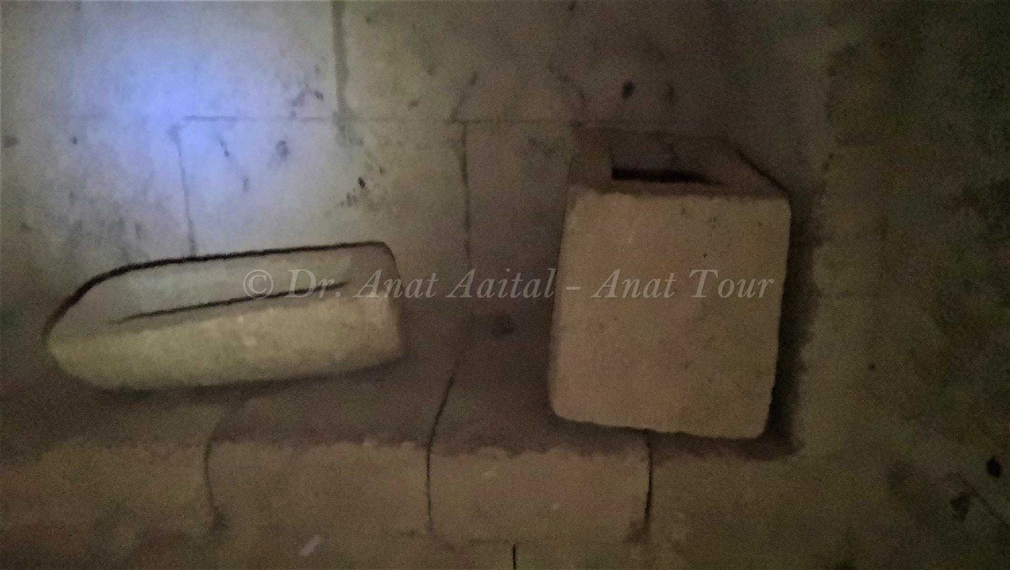 """ארון קבורה קטן במשכב מקמרים (ארקוסוליה) במערת קבורה בחורבת מדרס (ד""""ר ענת אביטל)"""