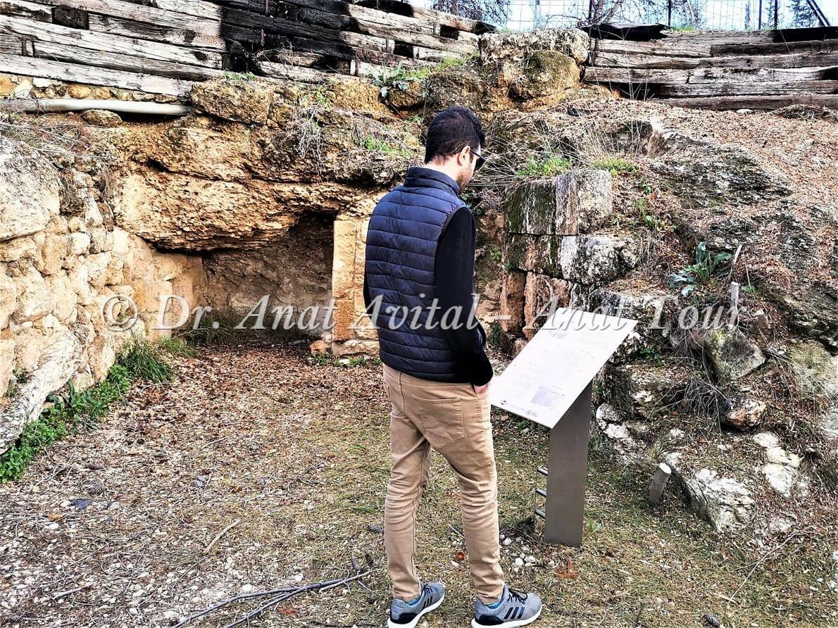 """מערות קבורה משפחת החשמונאים, כביש 443, צילום: ד""""ר ענת אביטל"""