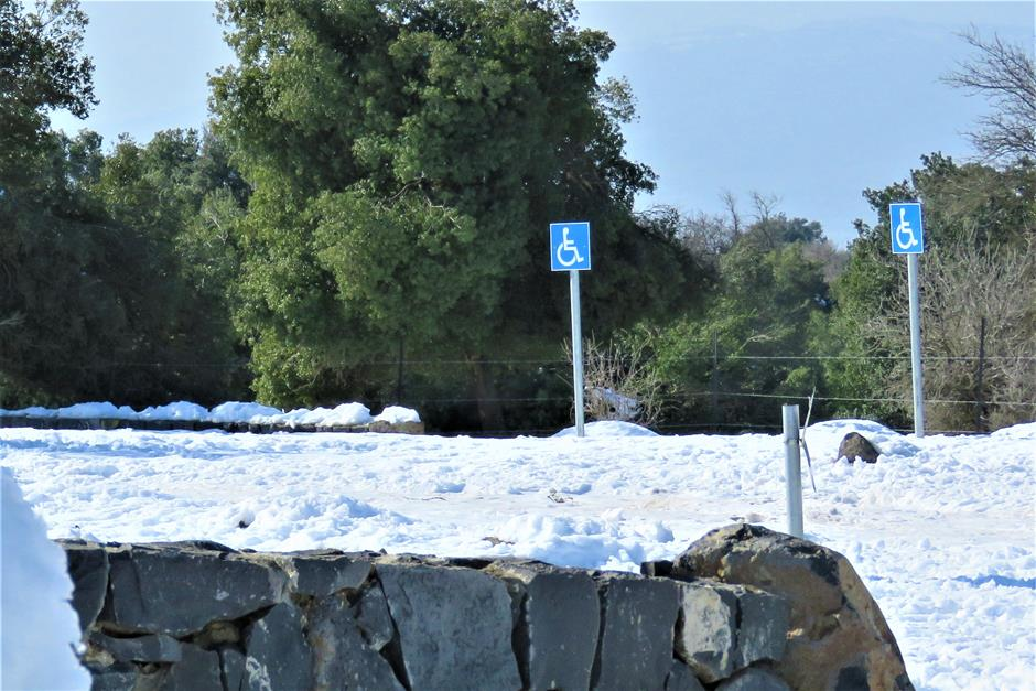 """חניון נכים בג'ובה הגדולה בחורף מושלג, צילום: ד""""ר ענת אביטל"""