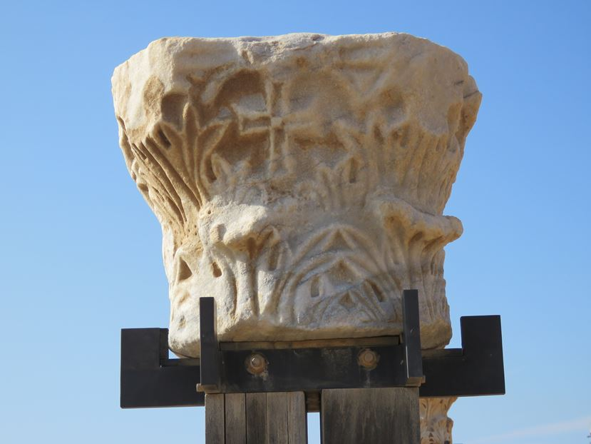 """כותרת קורינתית, גן לאומי קיסריה (צילום: ד""""ר ענת אביטל)"""