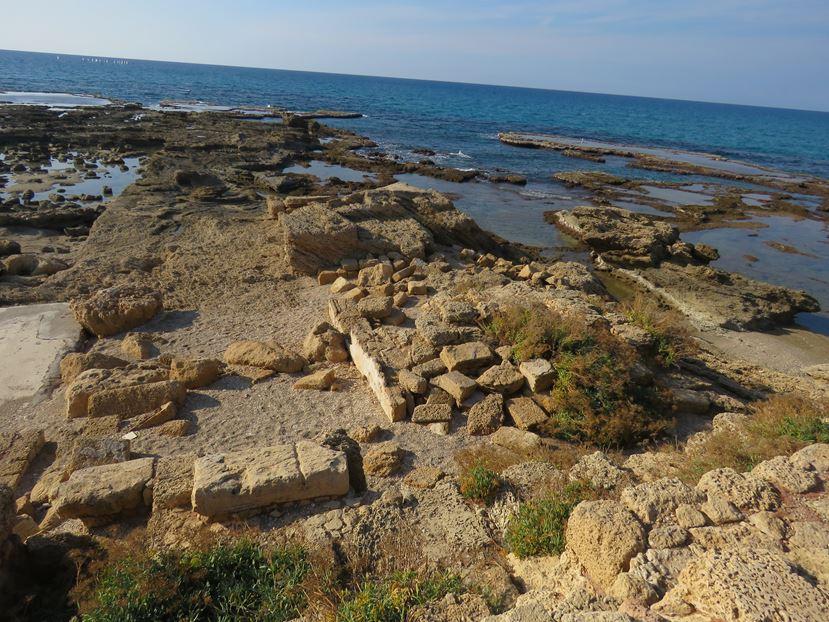 """נוף הים התיכון וארמון השונית של הורדוס, גן לאומי קיסריה (צילום: ד""""ר ענת אביטל)"""