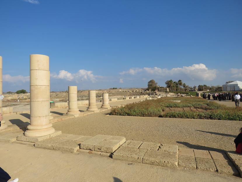 """חצר פריסטילית בארמון השונית של הורדוס, גן לאומי קיסריה (צילום: ד""""ר ענת אביטל)"""