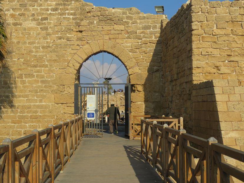 """כניסה לעיר הצלבנית, גן לאומי קיסריה (צילום: ד""""ר ענת אביטל)"""