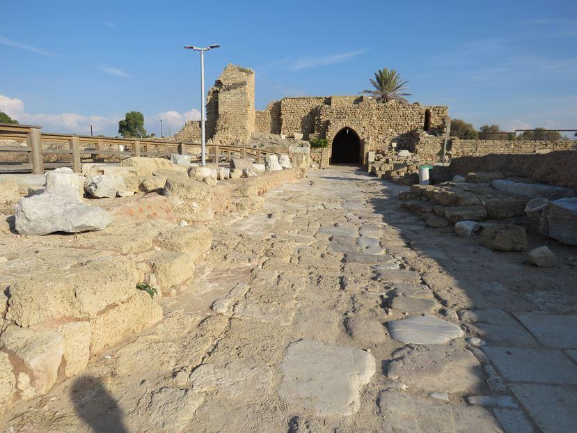 """דרך יציאה מהעיר הצלבנית, גן לאומי קיסריה (צילום: ד""""ר ענת אביטל)"""