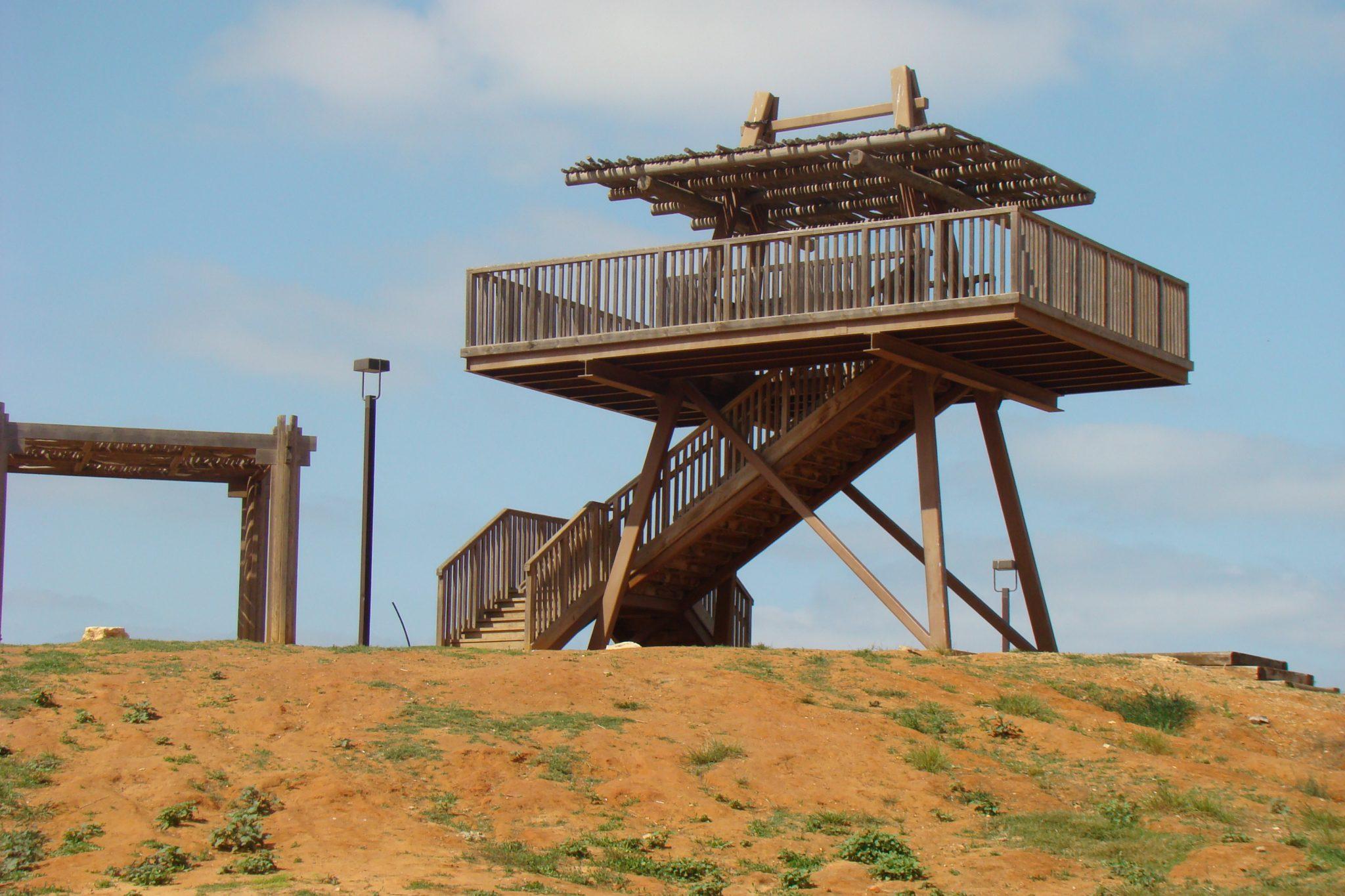 """מגדל התצפית בחניון גשר הצבים על נחל אלכסנדר (צילום: ד""""ר ענת אביטל)"""