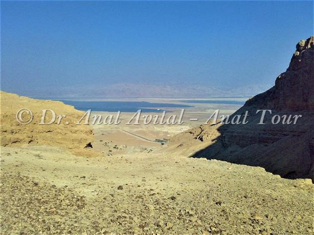 """ירידה מהר אלעזר אל נחל מצדה, דרום ים-המלח, צילום: ד""""ר ענת אביטל"""