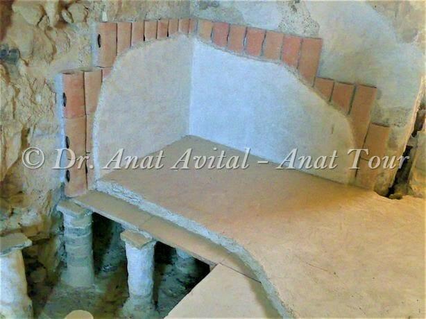 """רצפה כפולה וצנרת טרה-קוטה בבית המרחץ של מצדה, צילום ד""""ר ענת אביטל"""