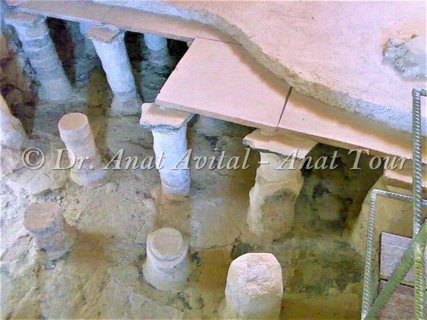 """רצפה כפולה על עמודוני טרה-קוטה בבית המרחץ של מצדה, צילום ד""""ר ענת אביטל"""