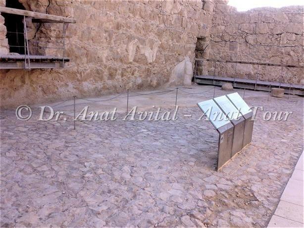 """פליאסטרה- חצר דגם בית המרחץ של מצדה, צילום ד""""ר ענת אביטל"""