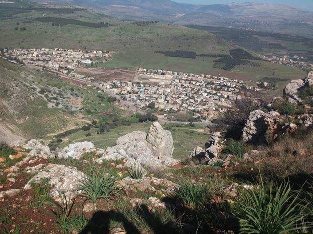 """הכפר חמאם למרגלות מצוקי הארבל (צילום: ד""""ר ענת אביטל)"""