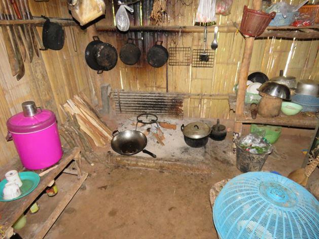 חדר בבית בו מגדלים את החיפושיות הקרנפיות המשמשות למשחקי קרבות בשמורת השבטים בצפון תאילנד, צ'יאנג ראי (צילום: ד