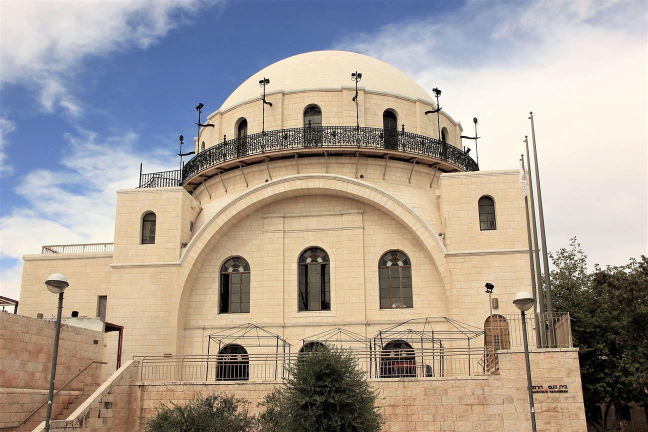 בית כנסת החורבה במרכז הרובע היהודי בירושלים העתיקה (ויקיפדיה, שי חלימי)