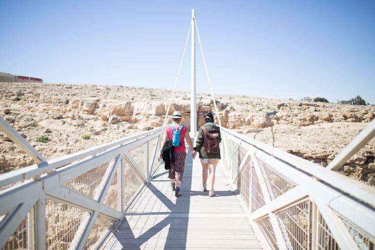 גשר מעל כביש מעלה העצמאות, טיילת מכתש רמון (צילום: בנימין בלהסן)