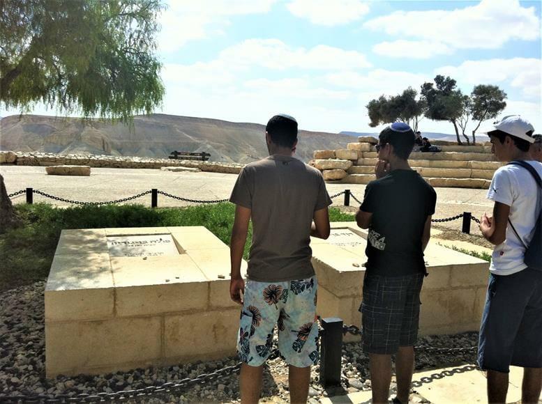 """קבר בן גוריון בשדה בוקר בהר הנגב, נחל צין, צילום: ד""""ר ענת אביטל"""