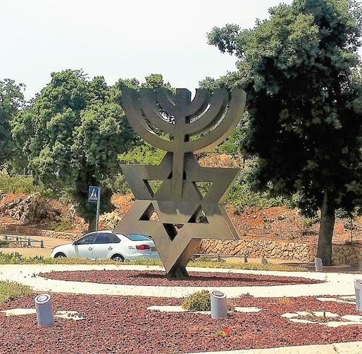 """מנורת שבעה קנים ומגן דוד בכיכר הכנסת מול גן הוורדים בירושלים (ד""""ר ענת אביטל)"""
