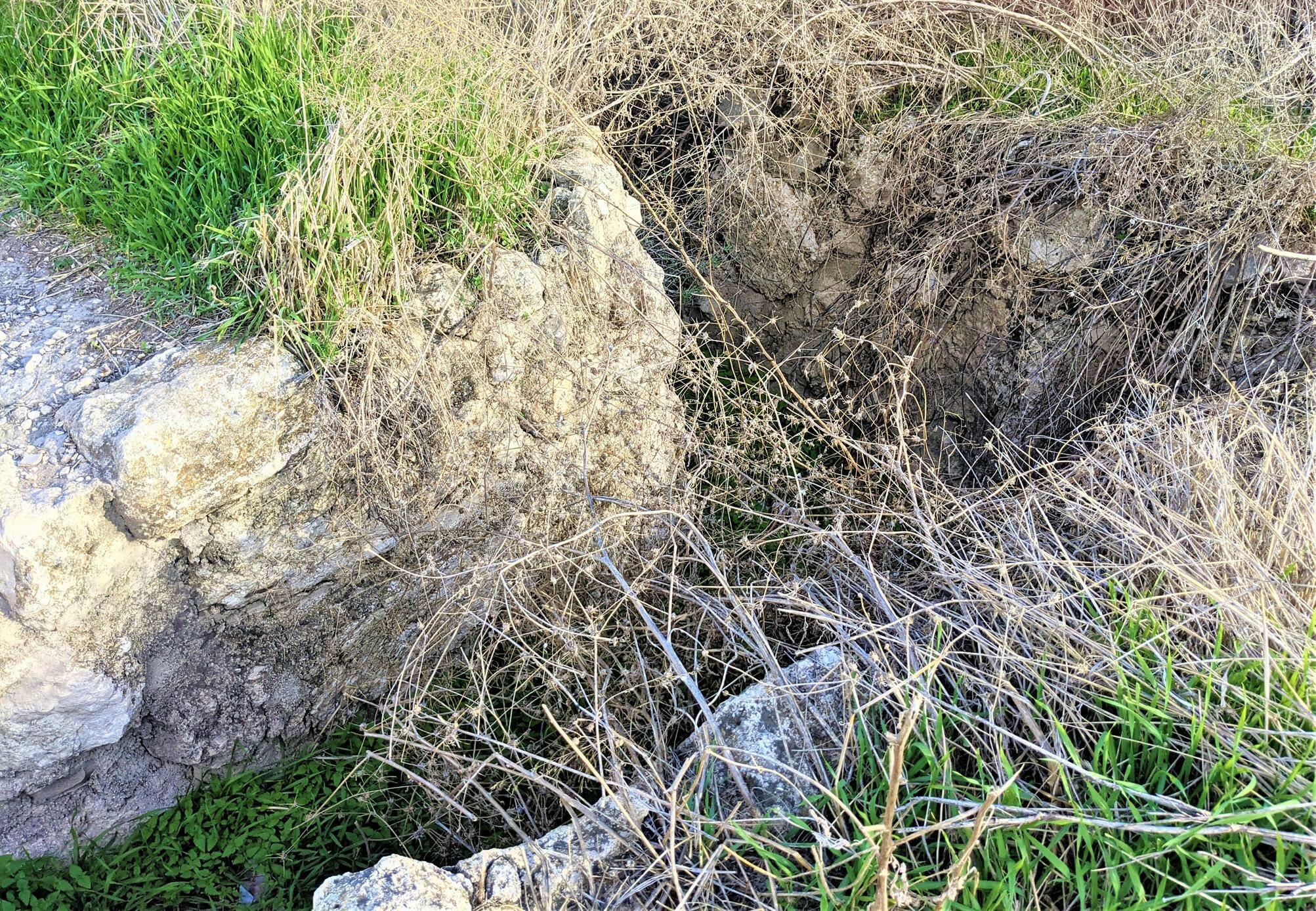 """תעלות קשר ליד מבצר צלבני לטרון, לה-טורון דה שבלייה, צילום: ד""""ר ענת אביטל"""
