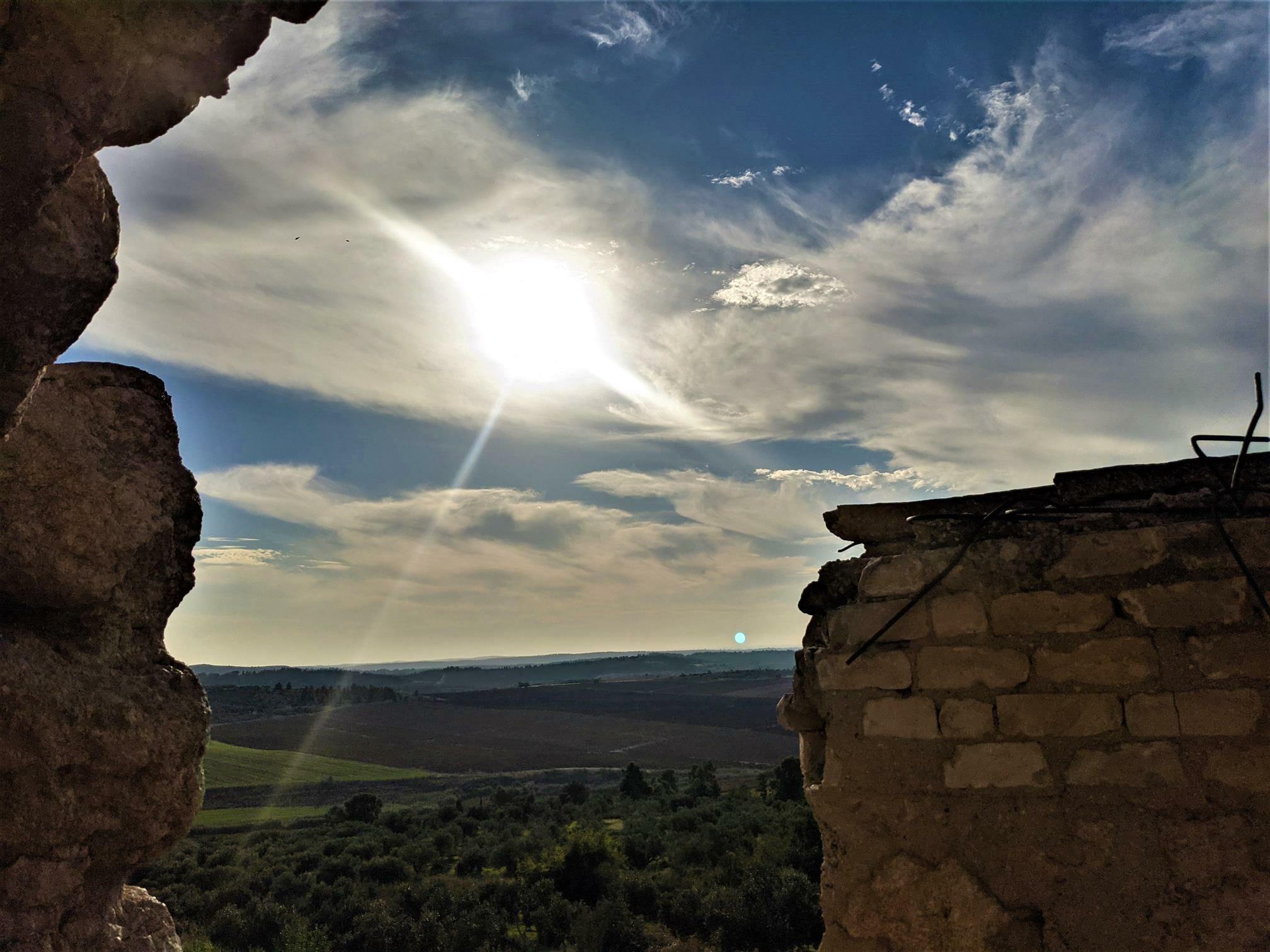 """שמש בעמק איילון, מבצר צלבני לטרון, צילום: ד""""ר ענת אביטל"""