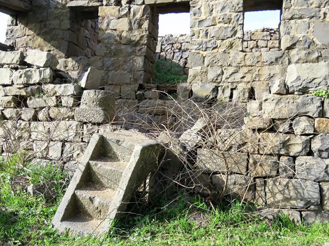 """מדרגות ארון הקודש בשימוש משני, חורבת פארג' מזרח-מרכז הגולן (צילום: ד""""ר ענת אביטל)"""