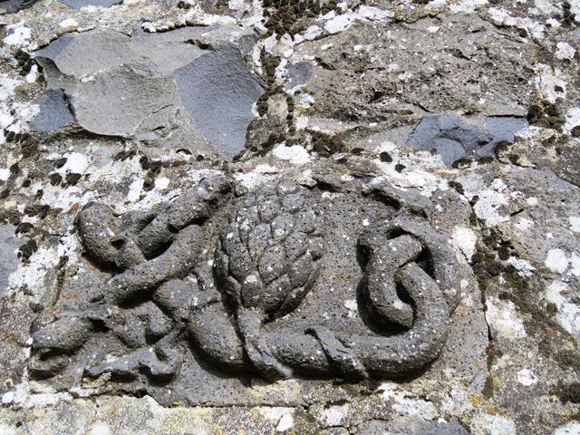 """קשר הרקולס ואצטרובל, גילוף בבזלת בשימוש משני, חורבת פרג' (פארג', פראג') מזרח-מרכז הגולן, צילום: ד""""ר ענת אביטל"""