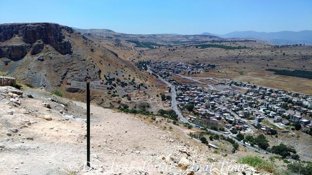 """סימון שבילים על מורדות מבצר הארבל - גן לאומי מצוקי הארבל (צילום: ד""""ר ענת אביטל)"""