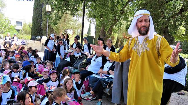 """הצגת שחקנים בטיילת ארמון הנציב בירושלים (ד""""ר ענת אביטל)"""