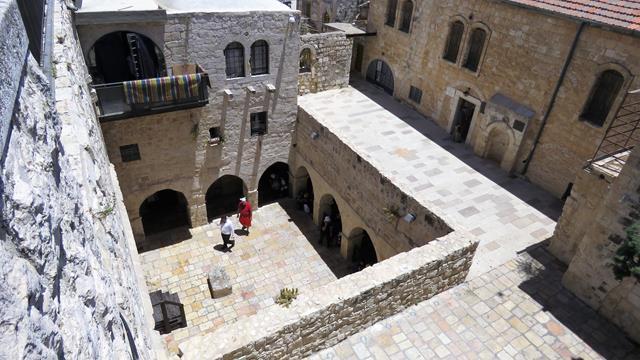 """מראה החצר מגג קבר דוד המלך, ירושלים (ד""""ר ענת אביטל)"""