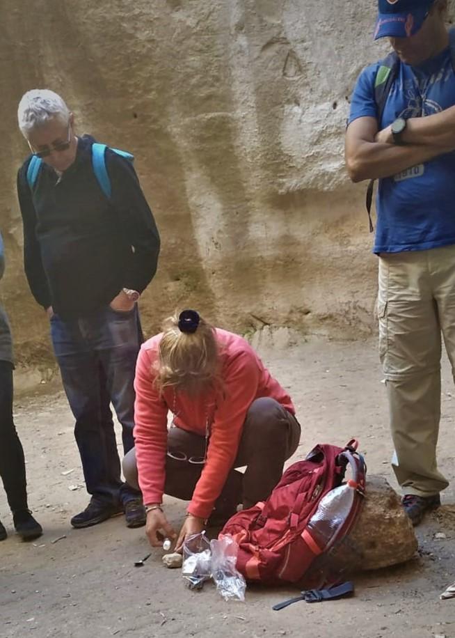 """יצירת נרות שמן בסלע קירטון, מערת הקולומבריום במדרס (ד""""ר ענת אביטל)"""