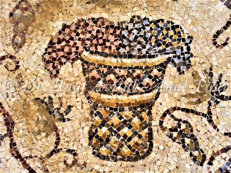 """סל ענבים משלושה צבעים, פסיפס מקיסריה העתיקה מערבית לקמרונות הנמל, צילום: ד""""ר ענת אביטל"""