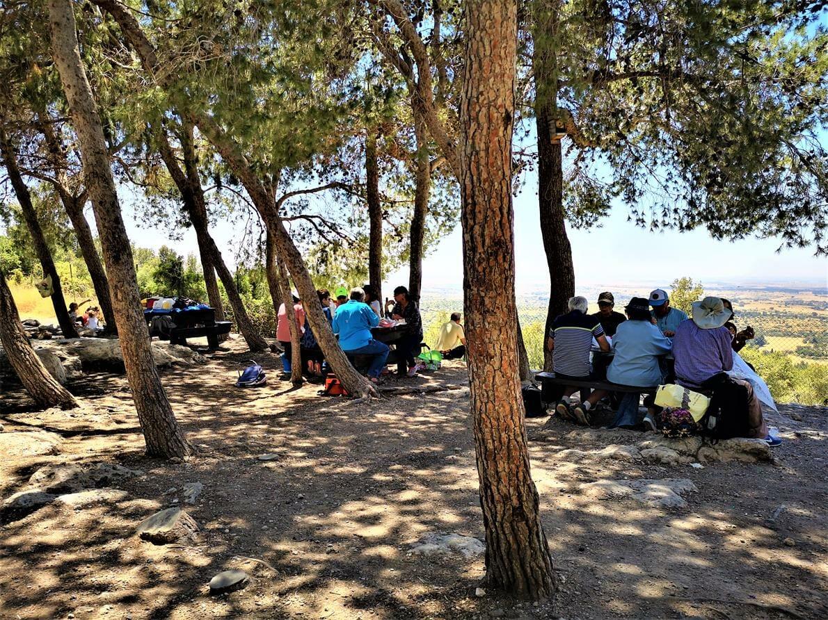 טיול גימלאים - החבר'ה הטובים - ארוחת צהרים במצפה משואה בשפלת יהודה