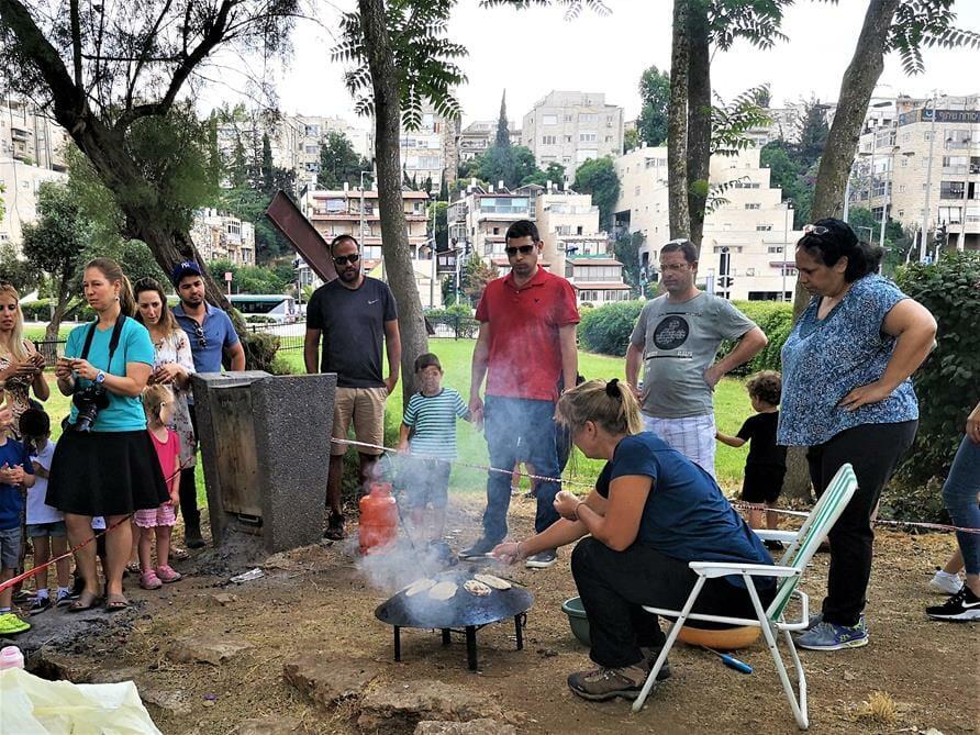 אפיית פיתות על סאג' פעילות וסדנת בישולי שדה עם תלמידים והורים