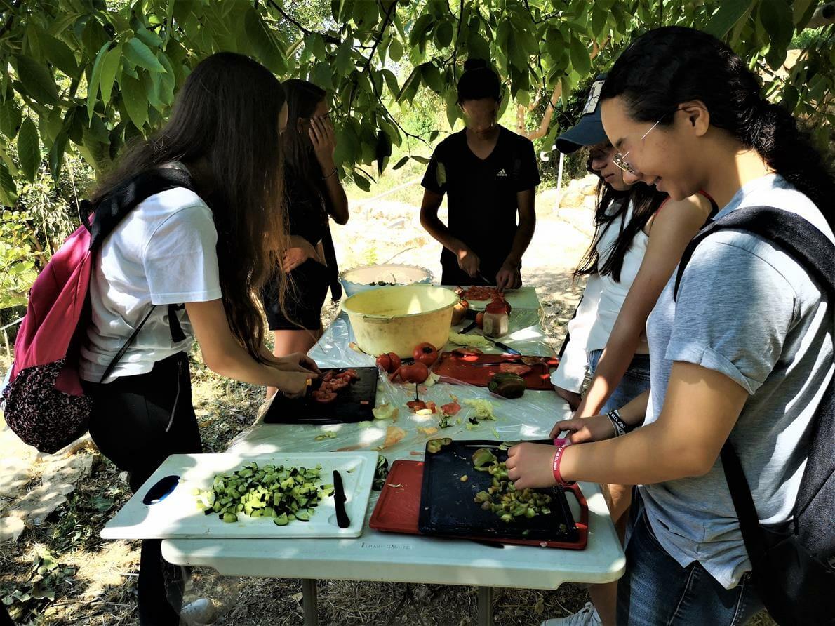 בישולי שקשוקה וסלטים פעילות וסדנת בישולי שדה עם תלמידים