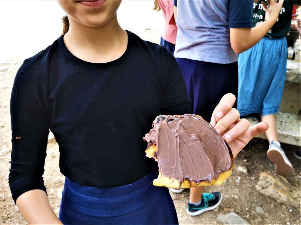 פיתה עם שוקולד בפעילות אפיית פיתות בשטח עם תלמידים