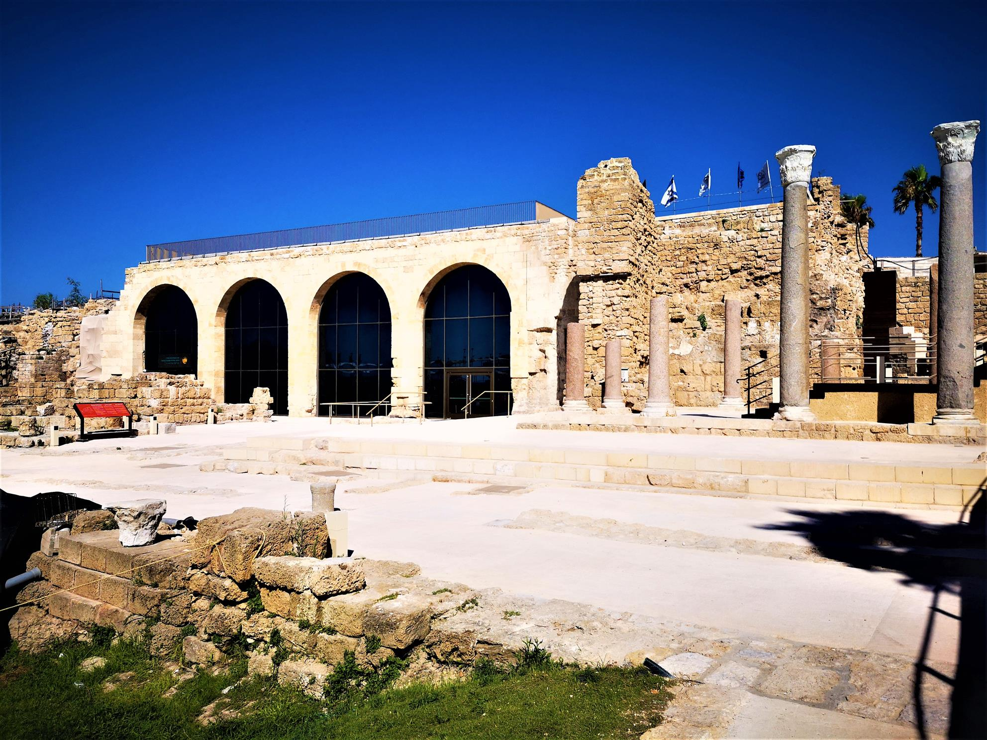 מרכז מבקרים חדש בגן לאומי קיסריה 2019, מטיילים עם ענת