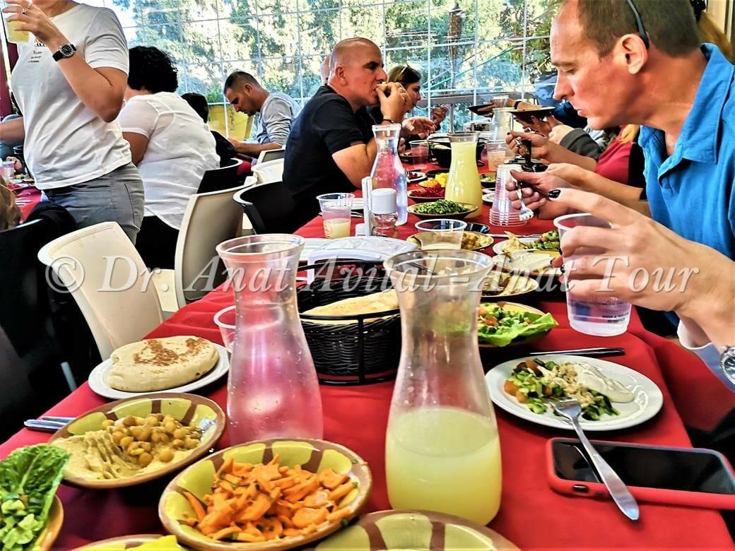 """ארוחת צהרים עשירה לקבוצה במסעדה מזרחית, ד""""ר ענת אביטל"""