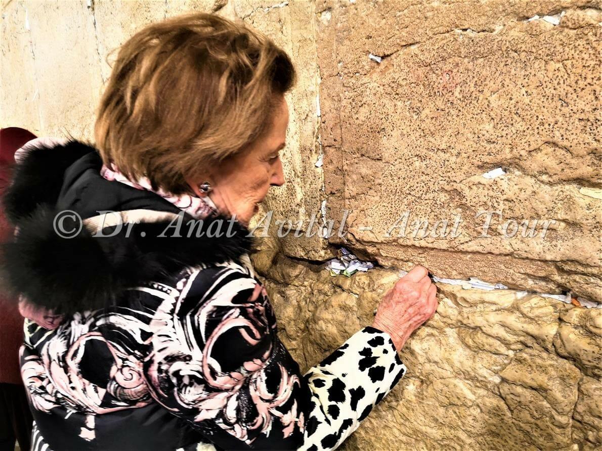 """פתק בכותל המערבי, סיור חנוכיות פרטי ולקבוצות בירושלים, ד""""ר ענת אביטל"""