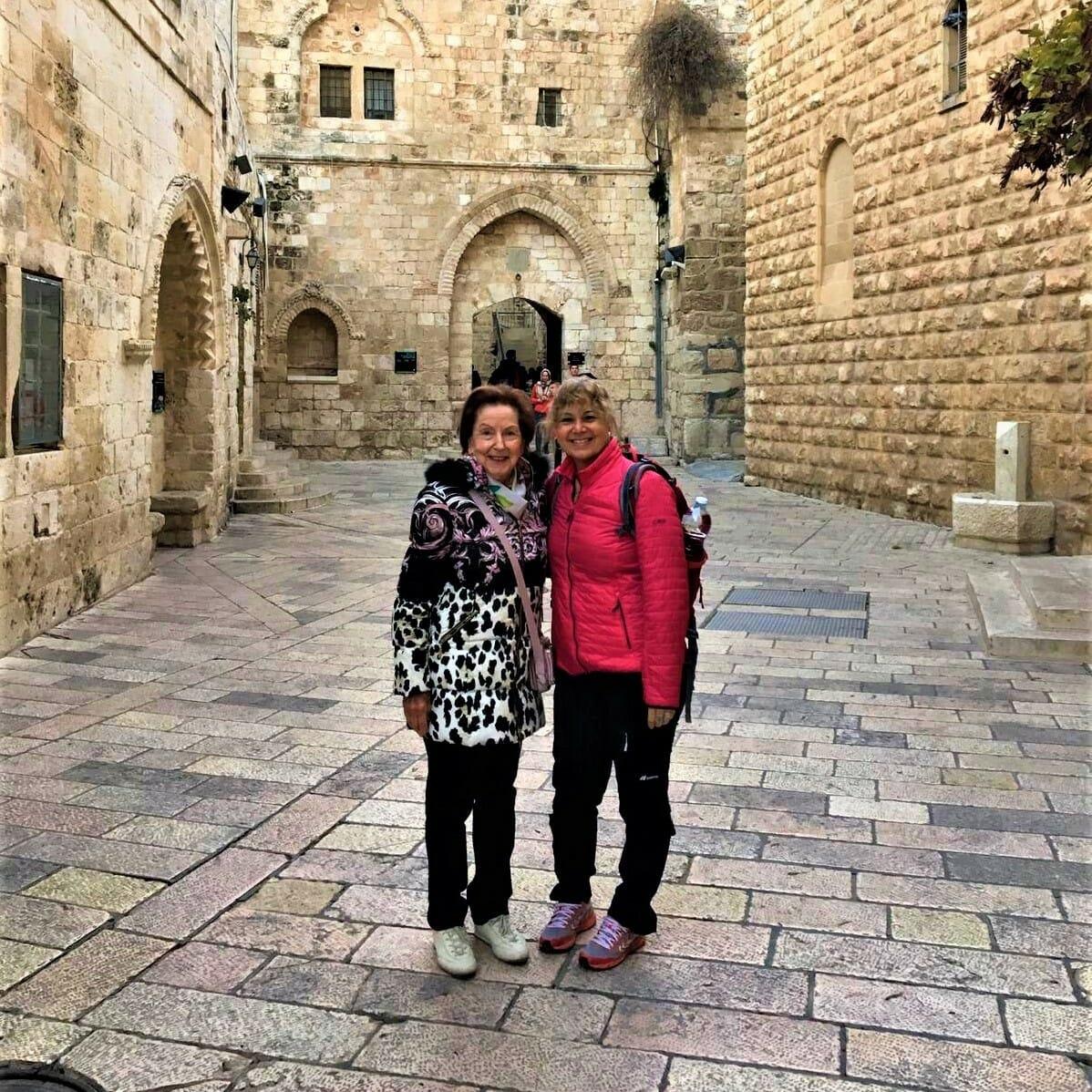 """סיור חנוכיות פרטי ולקבוצות בירושלים, ד""""ר ענת אביטל"""