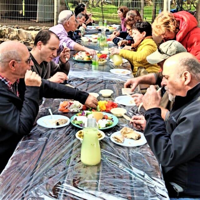 ארוחת בוקר לקבוצת מעלה החמישה בחוות פיליפ