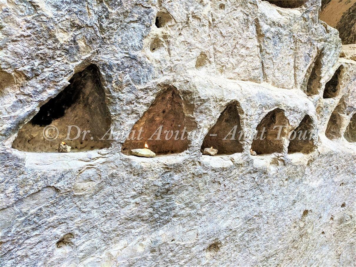 """פעילות במערת הקולומבריום בחורבת מדרס בשפלת יהודה, צילום: ד""""ר ענת אביטל"""