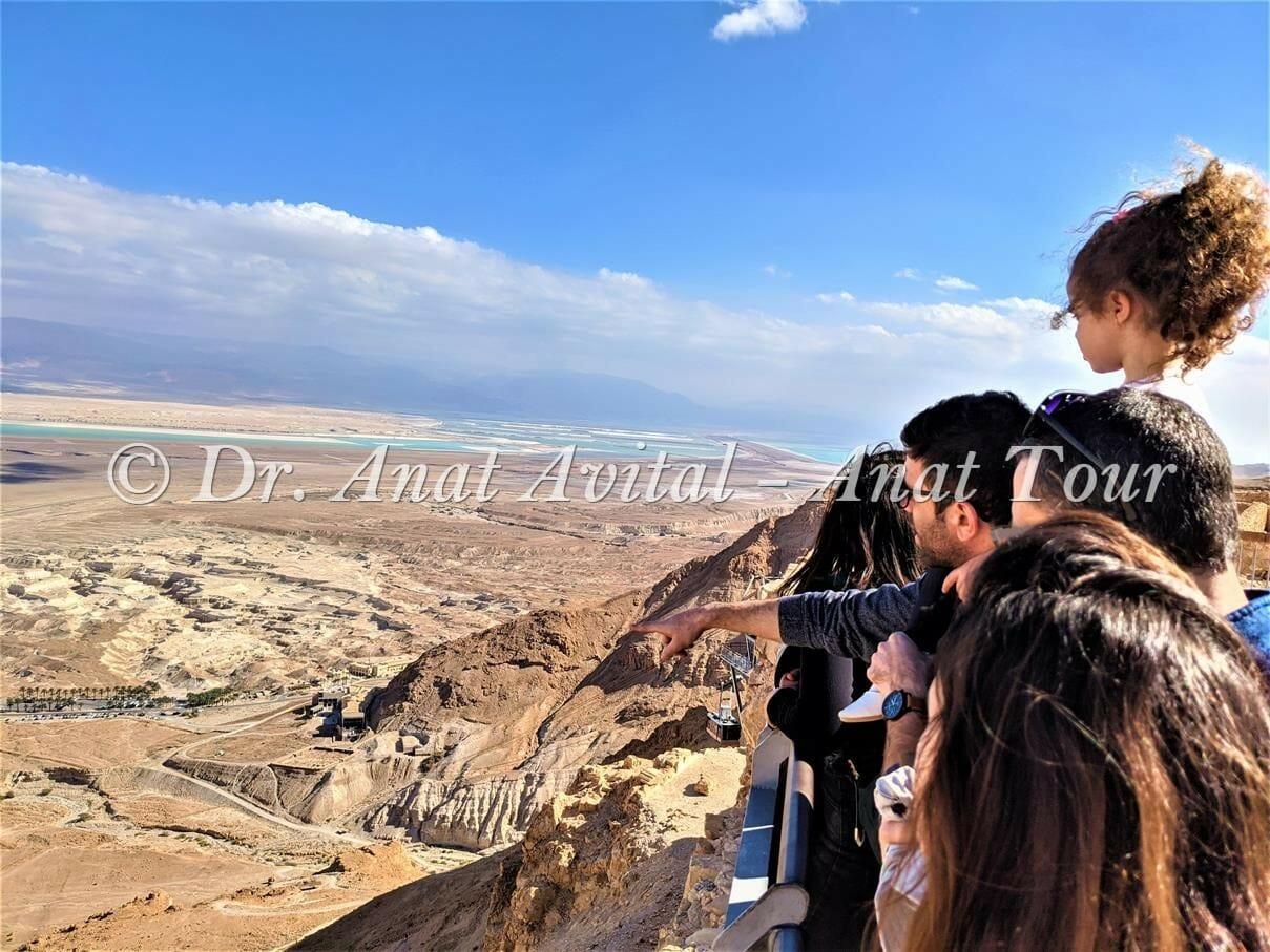 """תצפית ממצדה אל רכבל מצדה, שביל הנחש ולשון ים-המלח, צילום: ד""""ר ענת אביטל"""