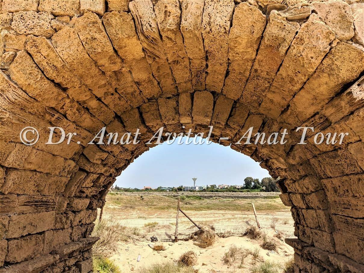 """קשת מתחת לאמה הרומית הגבוהה בקיסריה, צילום: ד""""ר ענת אביטל"""