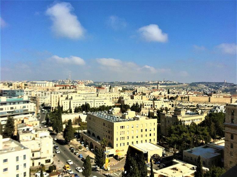 """מראה העיר המערבית מתצפית ממרומי מגדל הפעמונים בבניין אימק""""א בירושלים, צילום: ד""""ר ענת אביטל"""