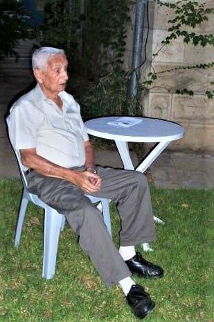 """יהודה זיו ז""""ל מרצה בחצר ביתו בשכונת המושבה הגרמנית בירושלים, בפרוייקט """"בתים פתוחים"""" 2003"""