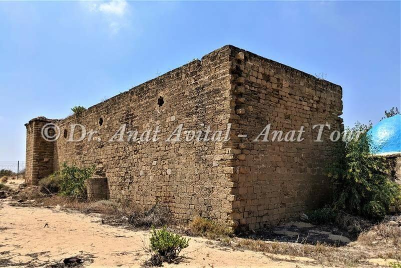 """קירות החוץ והחומה של חצר נבי רובין, שמורת חולות פלמחים ושפך נחל שורק, צילום: דר"""" ענת אביטל"""