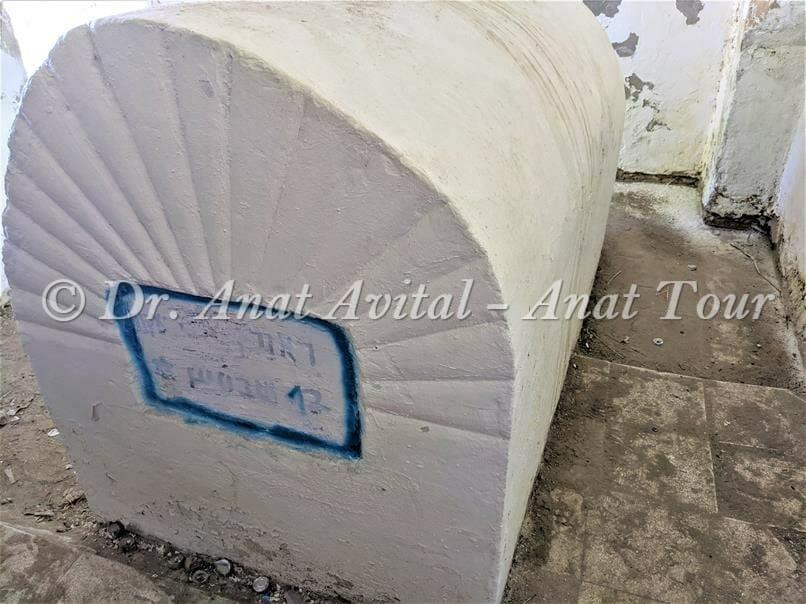 """חדרון מצבת הקבורה של נבי רובין, ליד פלמחים ושפך נחל שורק, צילום: דר"""" ענת אביטל"""